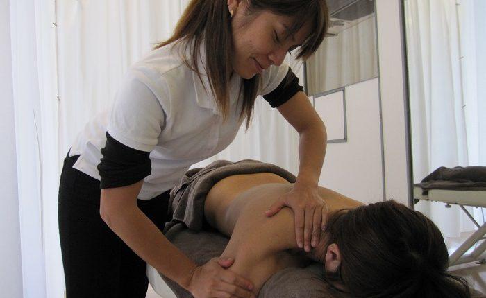 女性整体師がマッサージをしている写真